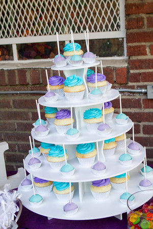 No wedding cake but lots and lots of cupcakes and cake pops made by Debs Cakes- delicious!