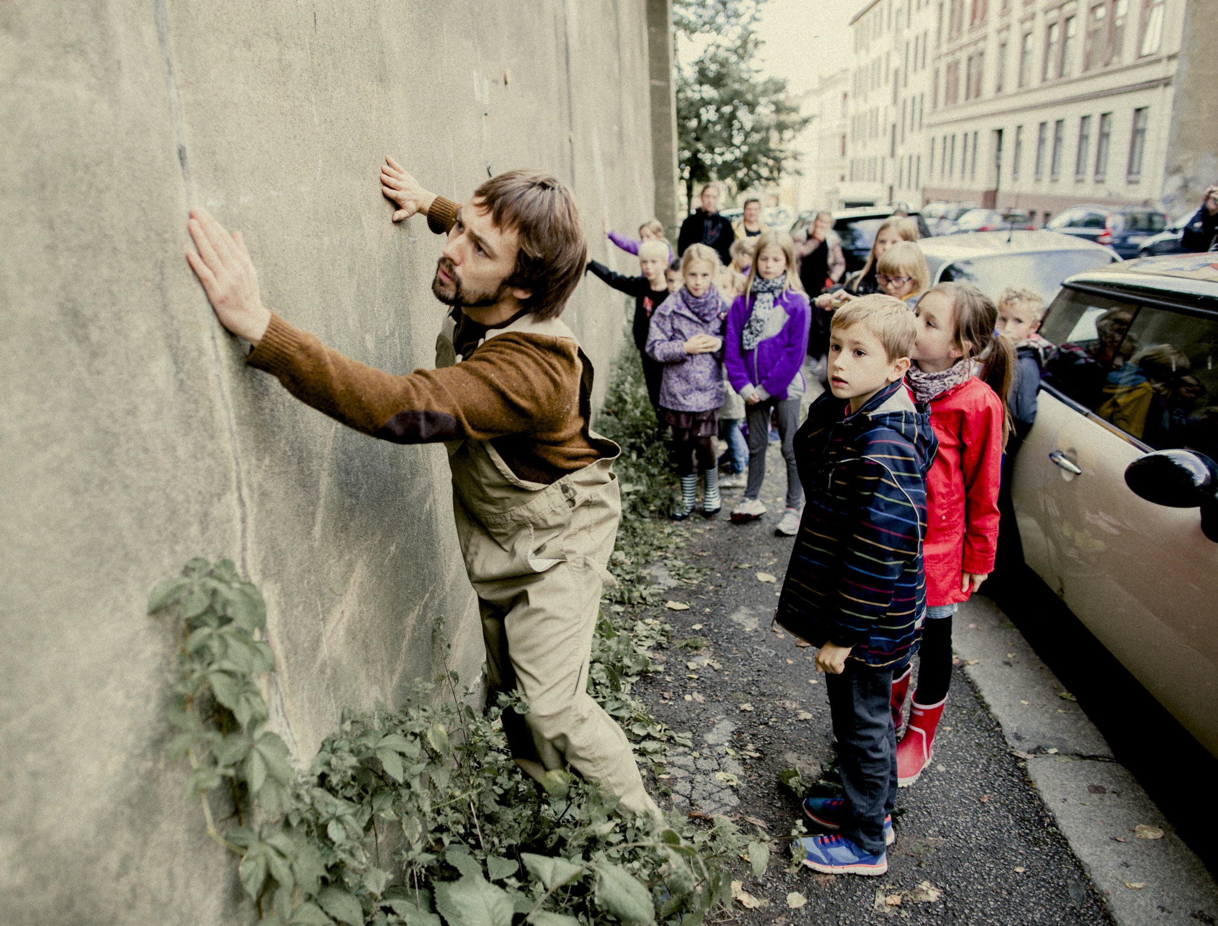 STASJON75 / Oslo   -communitity performance, Adamstuen-Oslo   with Gaute Askild Næsheim and Lasse Valdal.   The formerly emptiest point in the neighborhood has its very own performance, specifically made for this spot in particular, especially for 8-9 year olds.    Conceived and directed by Claire de Wangen - Photography: Morten Bendiksen    #clairedewangen #performance #oslo #adamstuen #mortenbendiksen