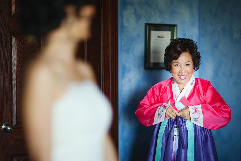korean bride with mother