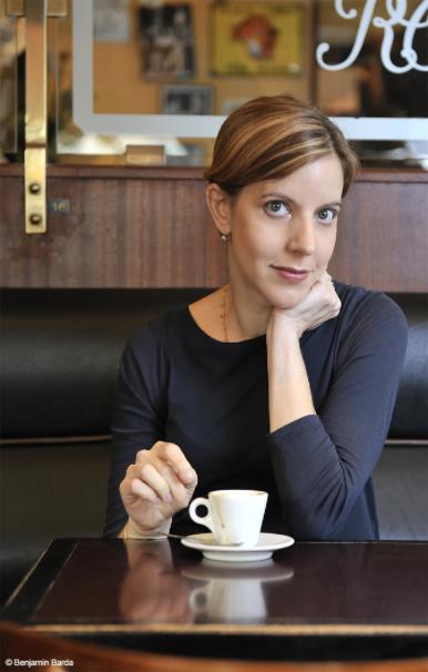 Pamela Druckerman in a Paris café; photo by Benjamin Barda
