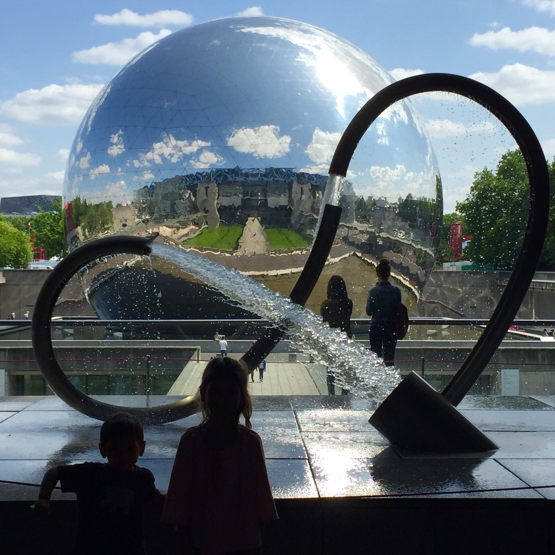 My children in front of the fountain and  géode  at  Cité des Sciences  in  Parc de la Vilette