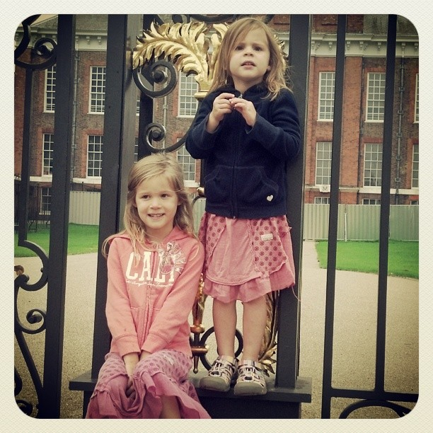 Sunday stroll around Kensington Palace. Walking off the major her lag! #look #right!
