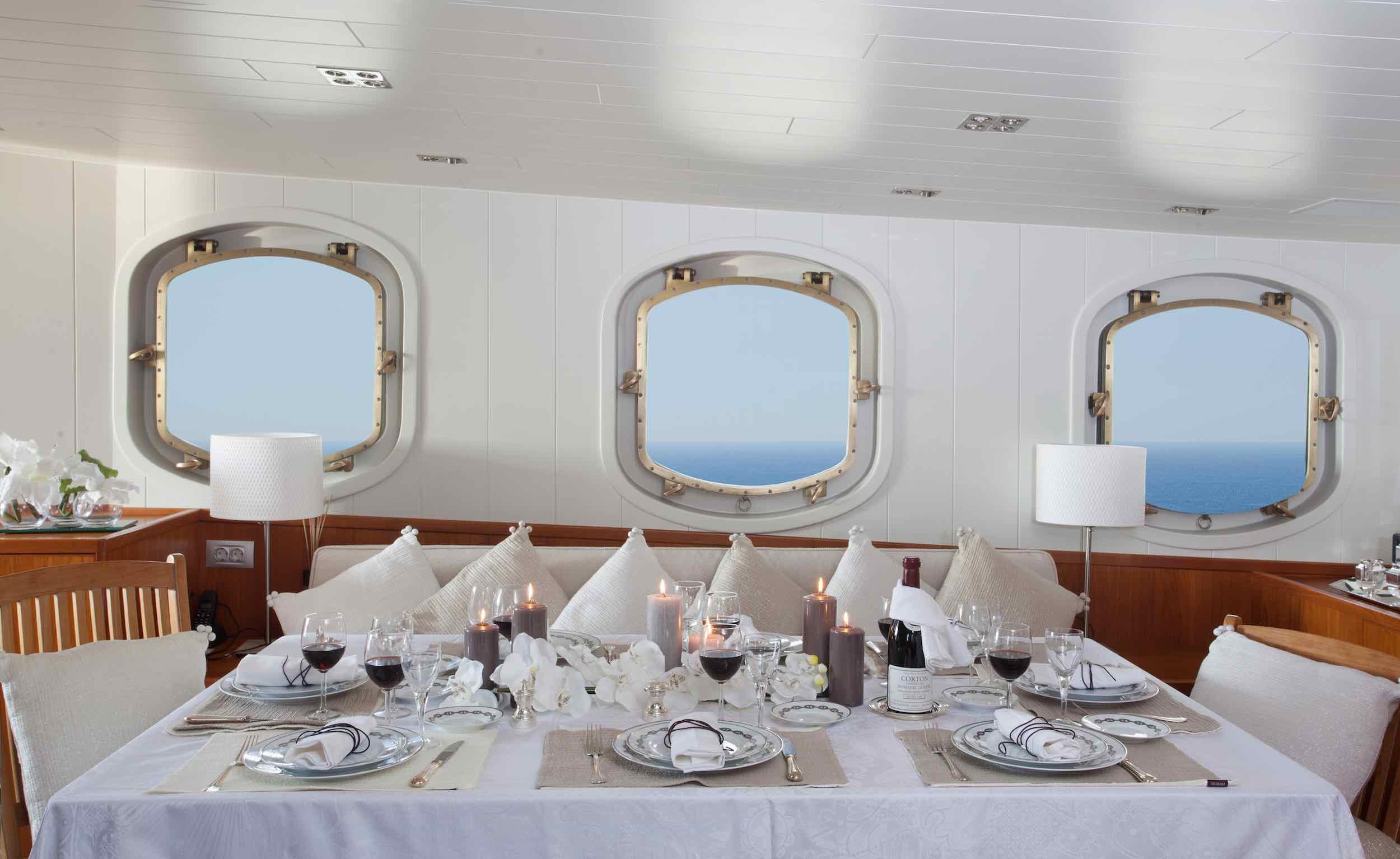 motor yacht Drenec dining table II.jpeg