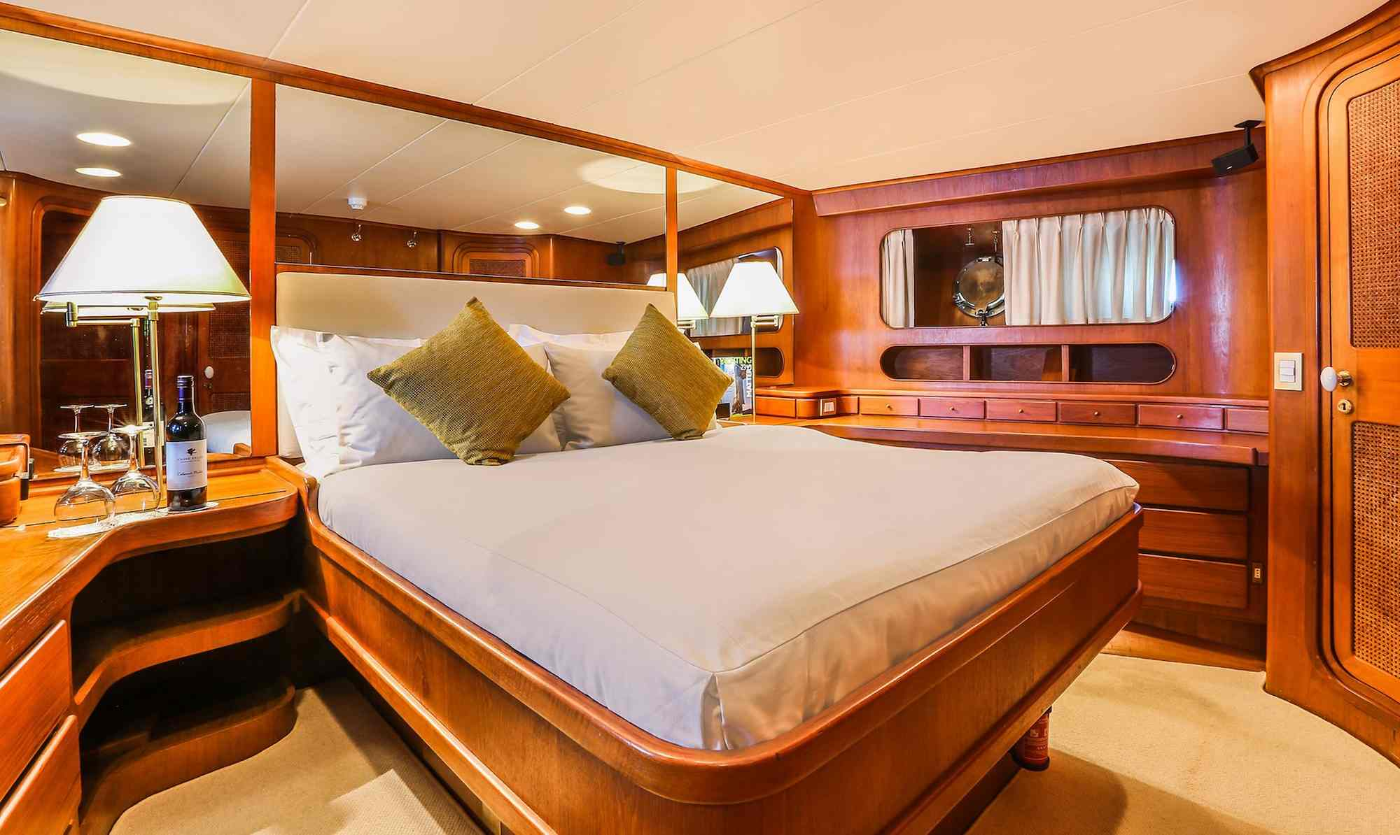 Clan VI_guest cabin comfy queen size bed_XS.jpeg