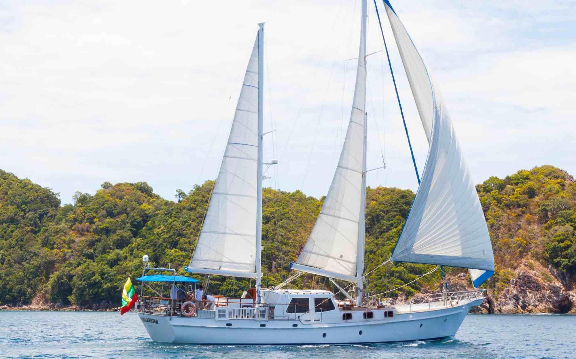 Jubilaeum_sailing along beautiful island in Mergui Archipelago_XS.jpeg