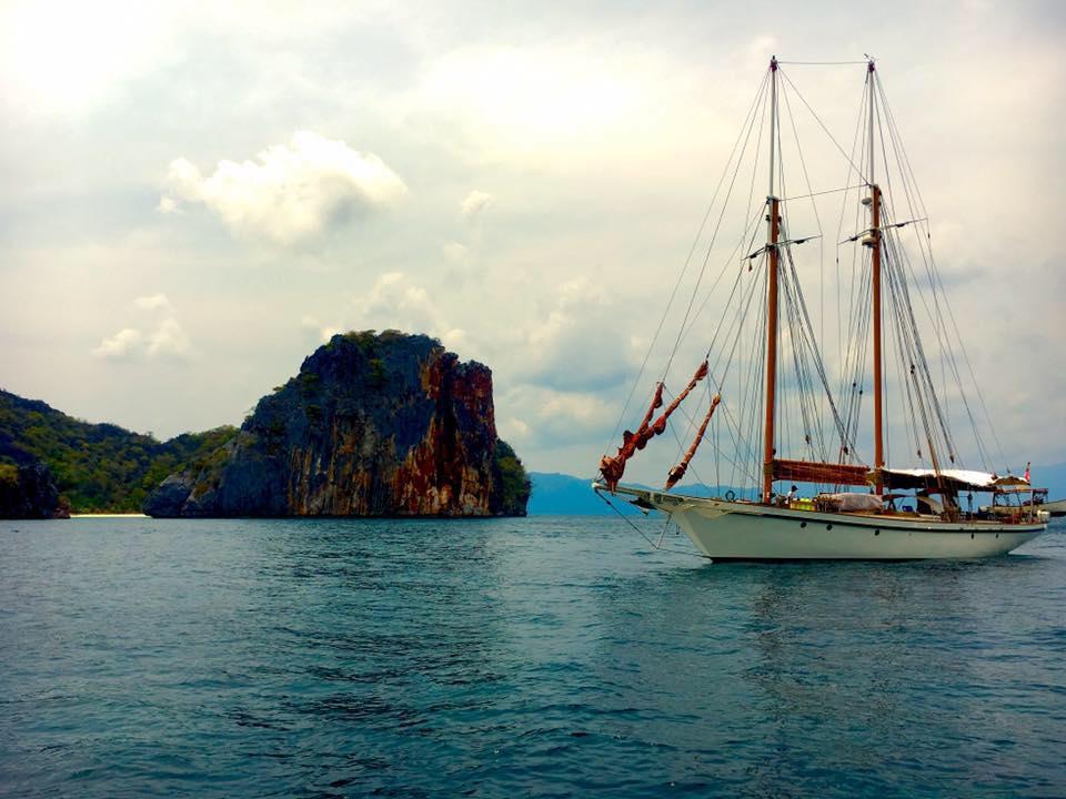 Dallinghoo_anchoring near a green island yacht holiday in Mergui.jpg