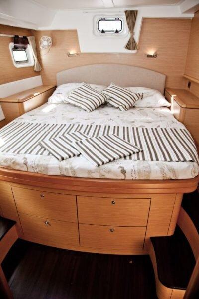 Lagoon-500-2009-cabin-400x600.jpg