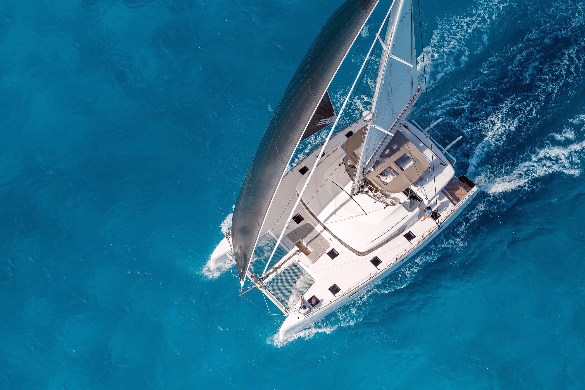 Lagoon 500+sailing+with+full+sails.jpg