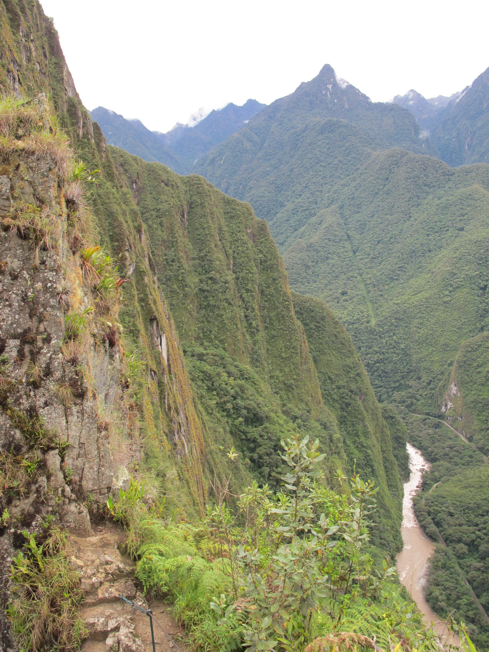 Sheer cliffs off the side of Waynapicchu