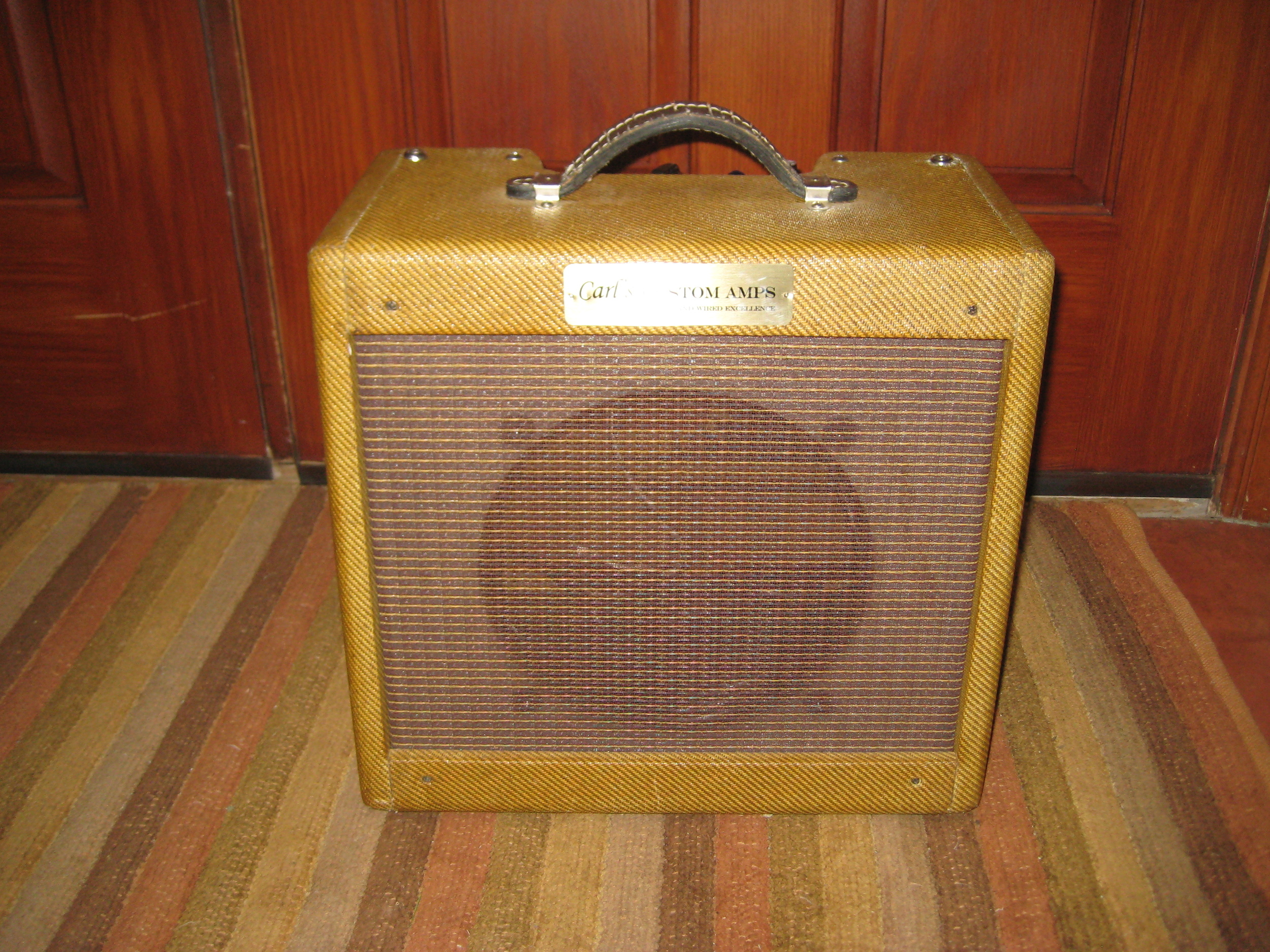 Another Pro Junior Retro-Fit. this time it has Supro style circuit with single 6L6 for 10 watts of power. Crunchy and mean sounding!