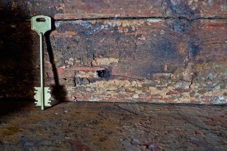 Sleutel tegen houten wand.jpg