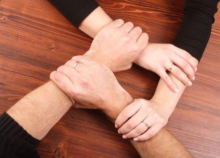 Handen vastgepakt in vierkant.jpg
