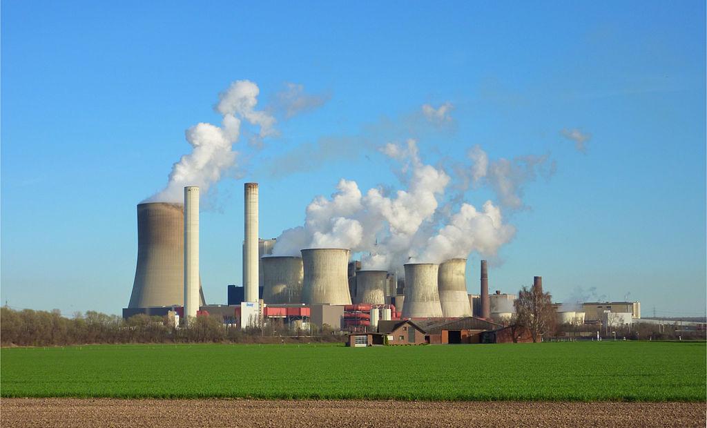 Foto: Braunkohlekraftwerk Niederaußem, von Vogone [ CC BY-SA 3.0 ], via  Wikimedia Commons