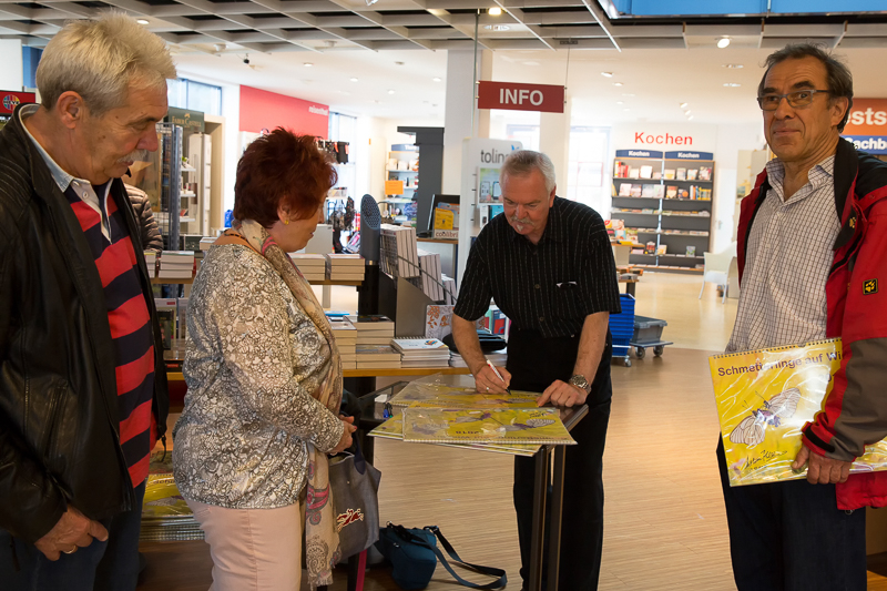 Der Fotograf Andreas Kolossa signiert seine Kalender in der Buchhandlung Langen