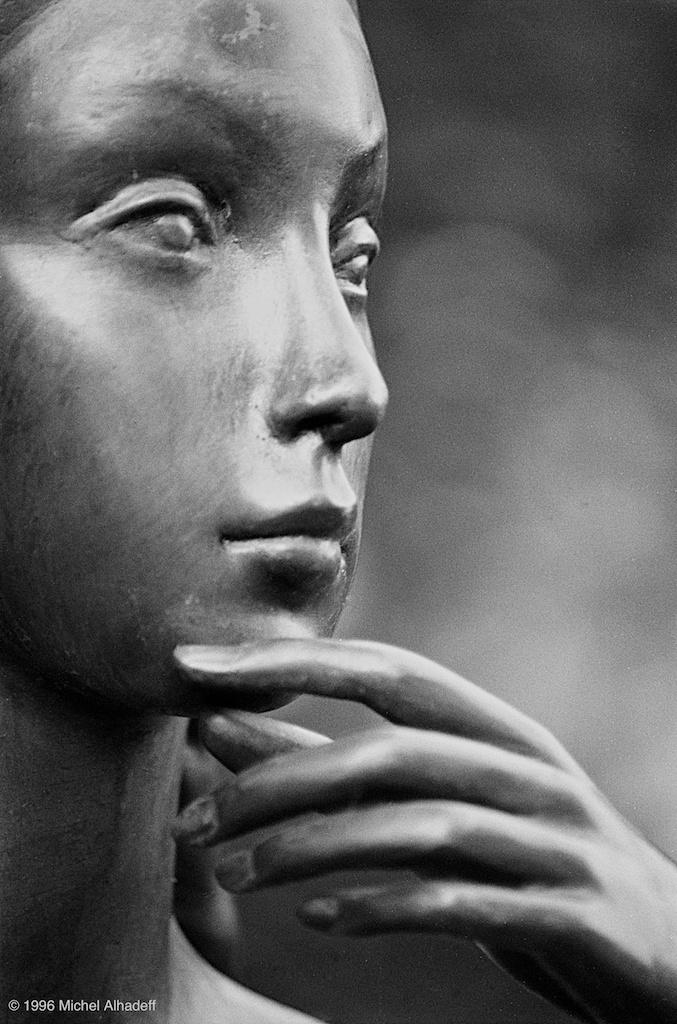 Silence  ( silence ): Attitude d'une personne qui reste sans parler. Absence de bruit, d'agitation. Etat d'un lieu où aucun son n'est perceptible.