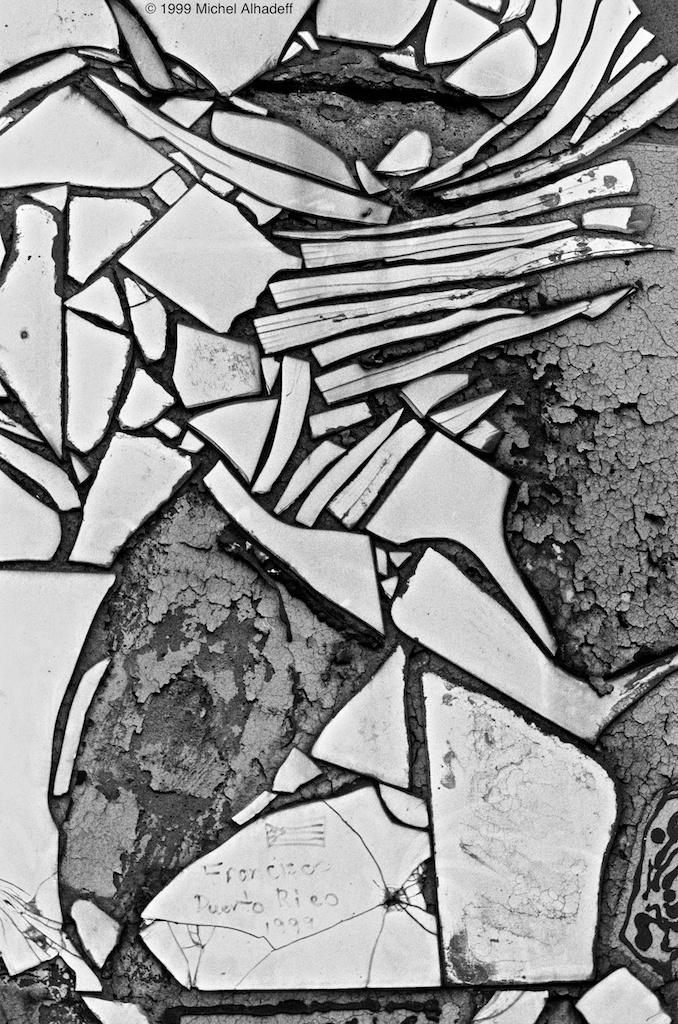 Kaléidoscope  ( kaleidoscope ): Petit instrument cylindrique, dont le fond est occupé par des fragments mobiles de verre colorié qui, en se réfléchissant sur un jeu de miroirs angulaires disposés tout au long du cylindre, y produisent d'infinies combinaisons d'images aux multiples couleurs. Succession rapide et changeante d'impressions, de sensations.