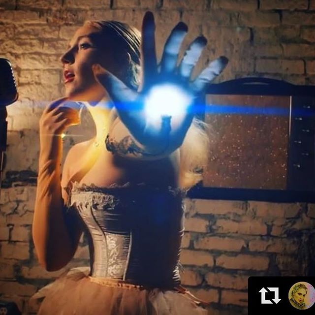 A little light beauty made for the stunning @katcunning  #Repost @katcunning with @get_repost ・・・ It's out! We did a #buzzsession and had some pizza and we're stoked to share! Enjoy a lil live #stayontheline and #makeusay for @thewildhoneypie ! These amazing gloves by @risenfromthethread Link in bio for full seshie. 📸: @dpduckworth  director: @perezbrenna 🍗 @mickeyvbow 🎵 @shubhsaran
