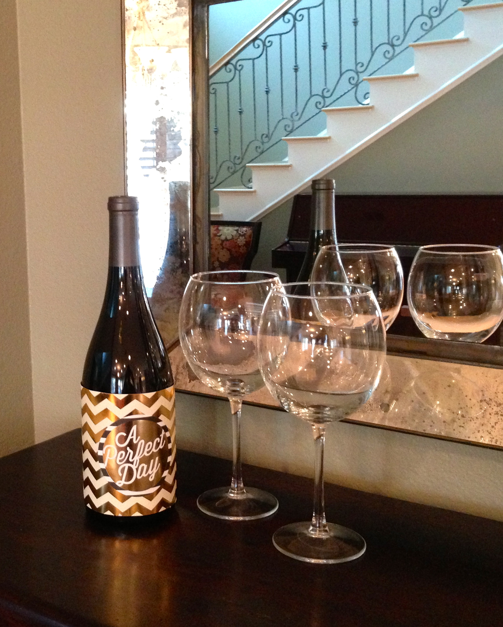 Wine bottle decor with POCKET PAGES. Simple wine bottle decoration as a gift on the mambi blog.