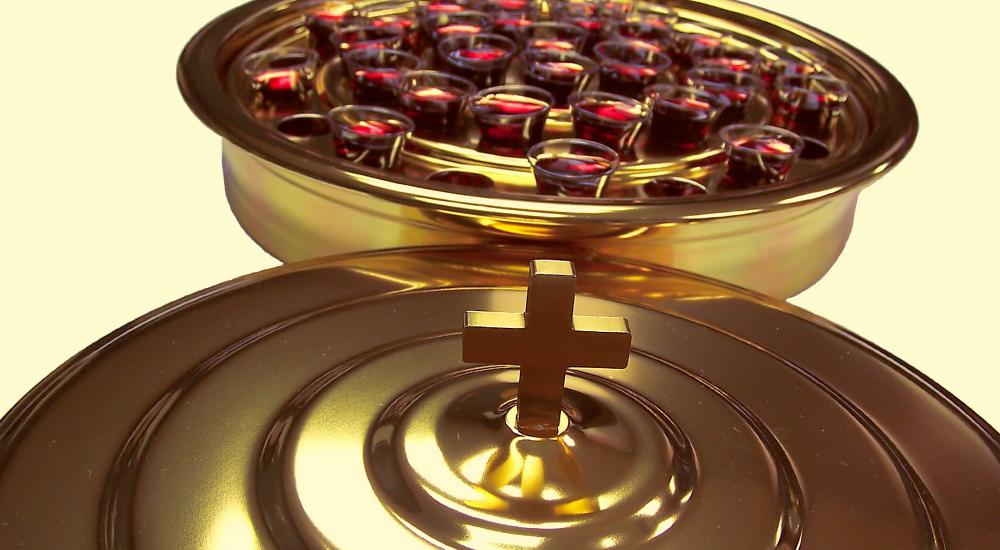 """¿Se Prohíbe el Uso de Varios """"Recipientes"""" en la Distribución de la Cena del Señor?"""