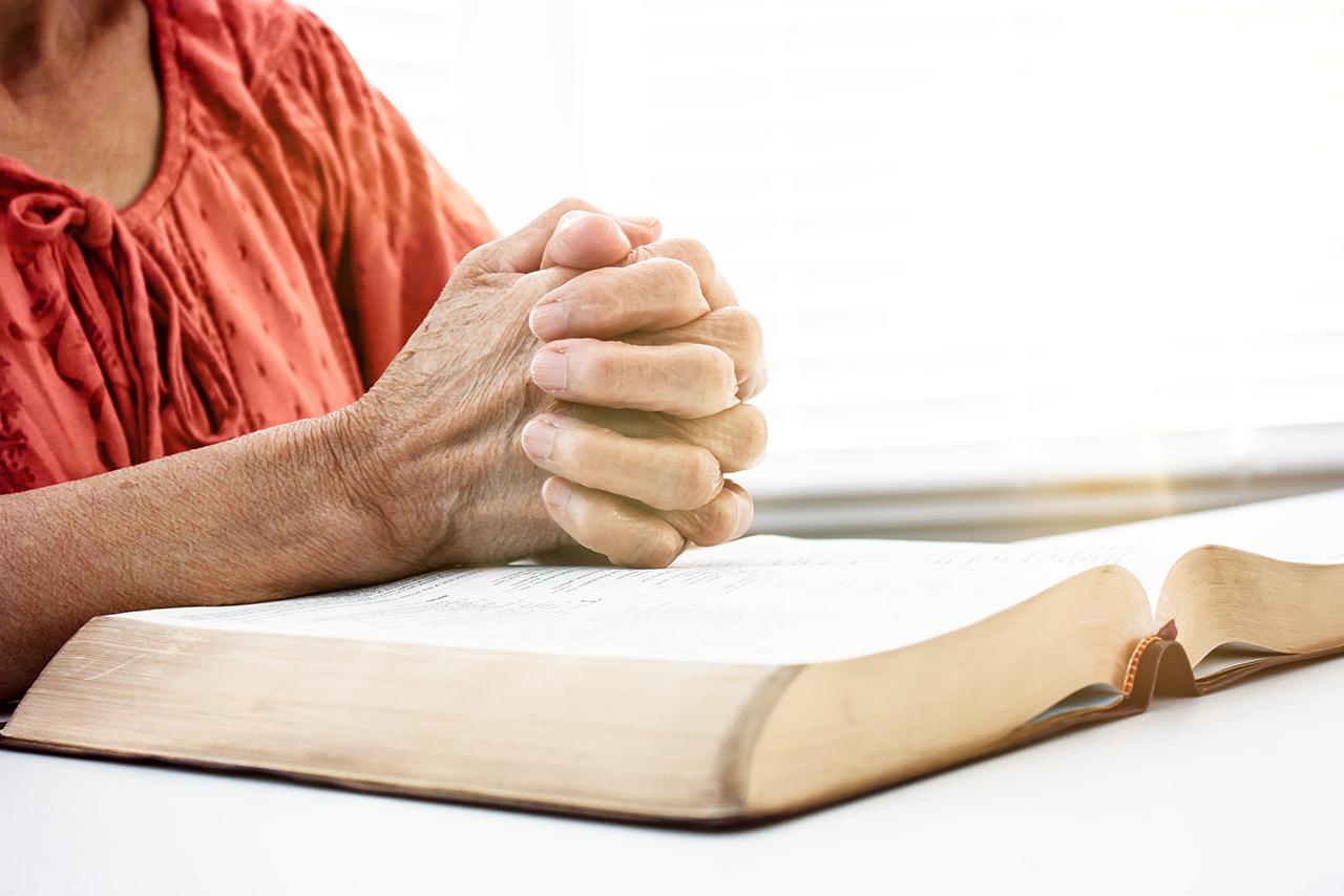 Mujer Orando Con Biblia Abierta Eb Global Enfoque Biblico Bible Focus