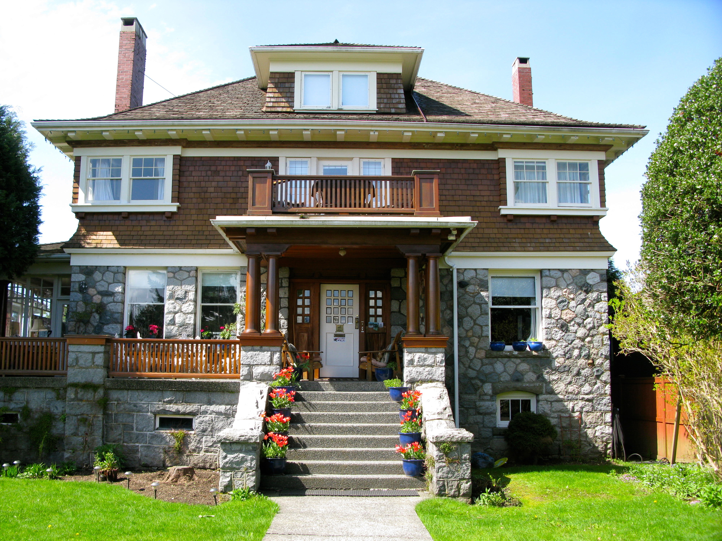 THE GRANDMANOR GUEST HOUSE - 1617 GRAND BLVD, NORTH VANCOUVER , V7L 3Y2 - FURNISHED ROOMS FOR RENT