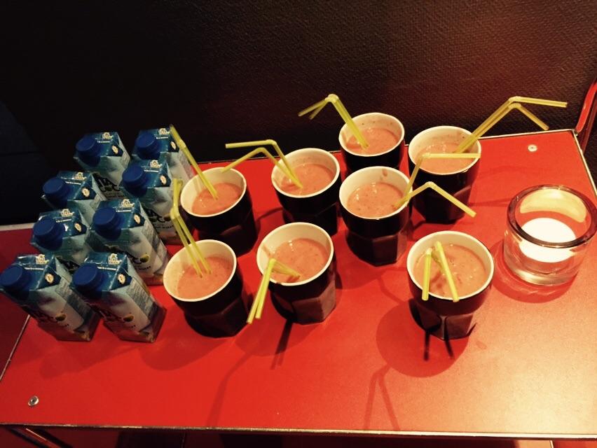 Efter träning var det påfyllning av smoothie gjort på banan, dadlar och jordgubbar  och cocosvatten från biofood innan det var föreläsningdags.