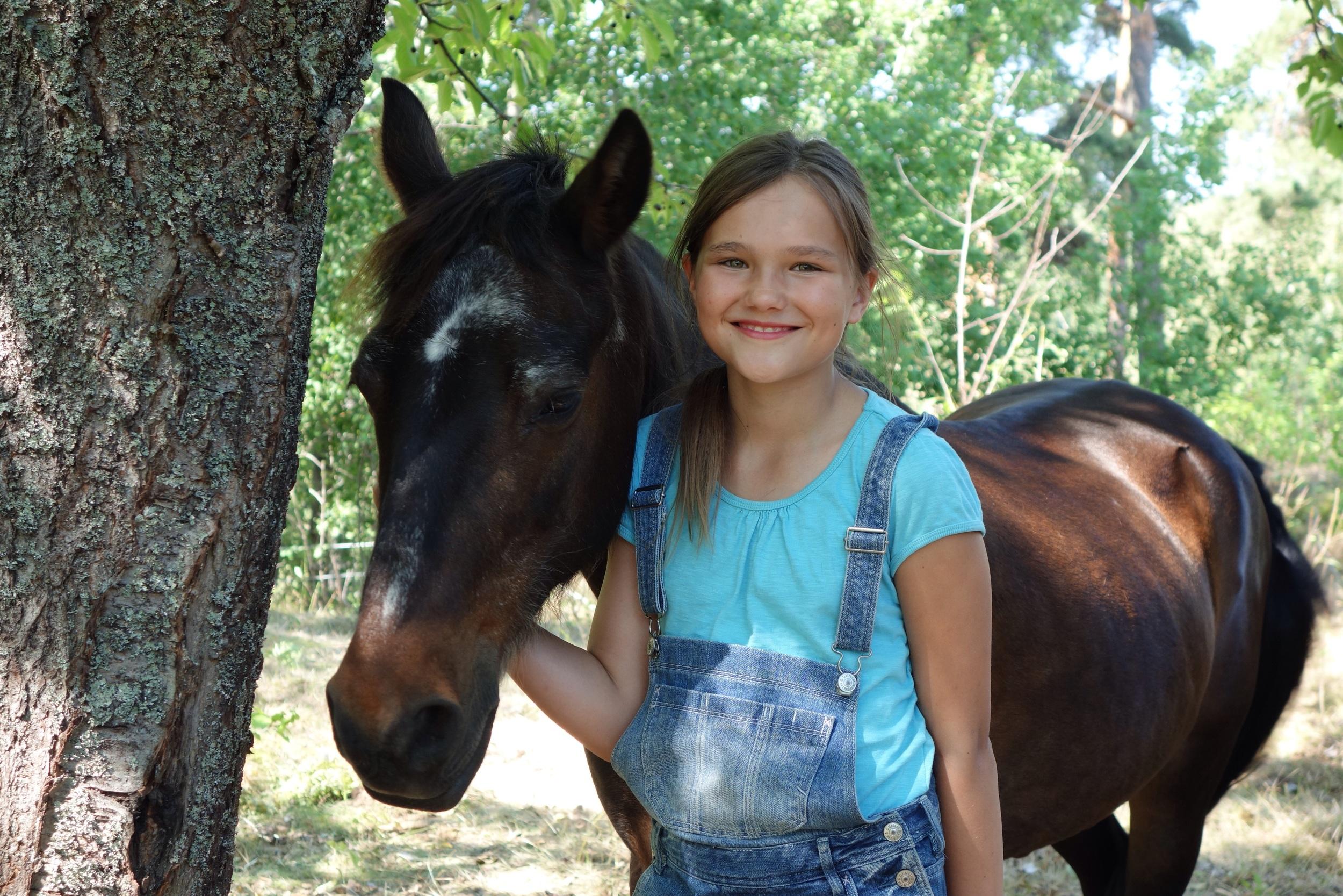"""Här är Engla och """"hennes"""" häst Moonshine."""