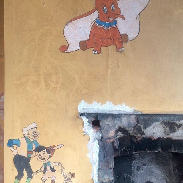 Harriet Redfearn, photograph of sample of vintage wallpaper in former flat at London Road fire station, 2017.