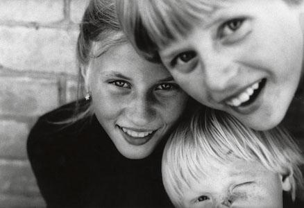 Edition Rimaldas Vikšraitis 2  Sisters Silbergelatine-Print 24 x 30 cm, 1985/2018 signiert und nummeriert Auflage 10 + 2 AP  Preis: 150 €