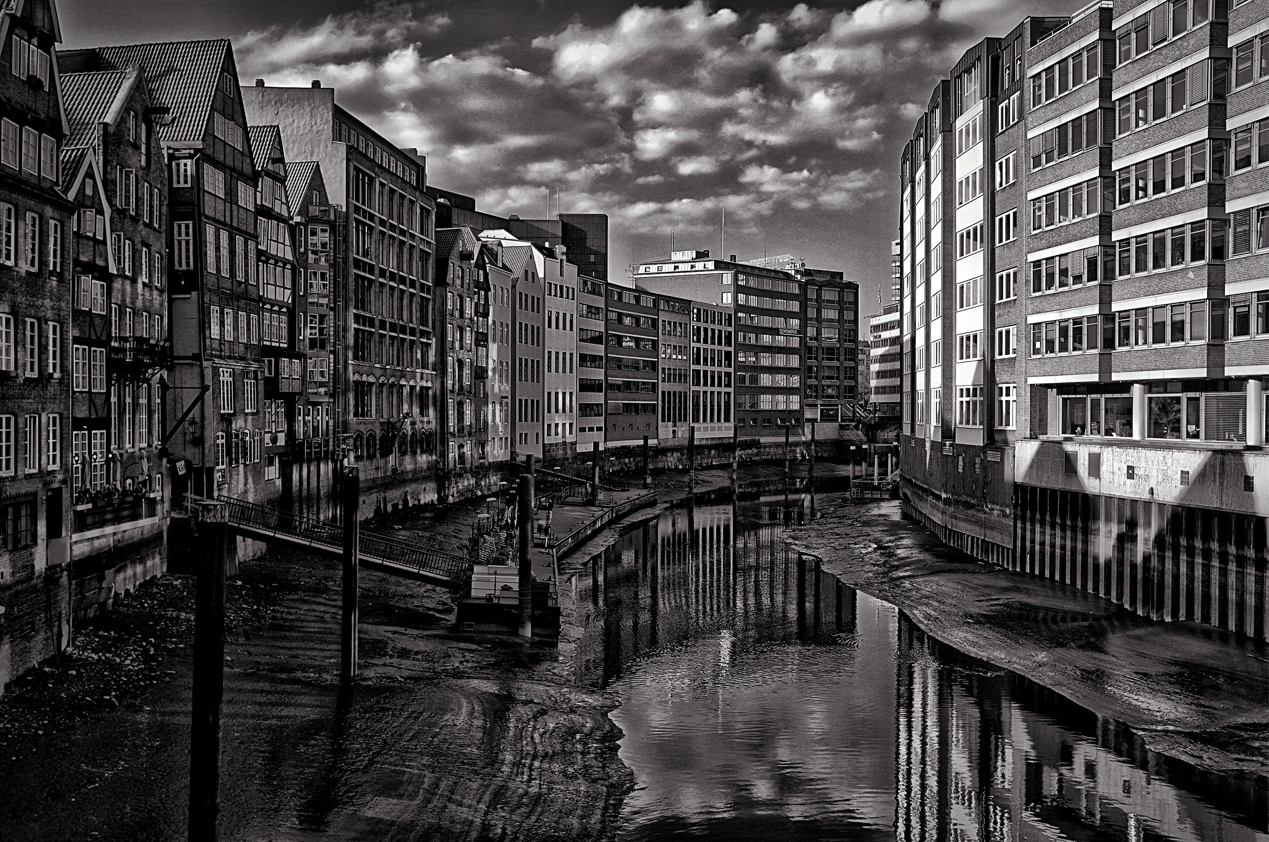 Hamburg Kajen 3May13 Fuji X100