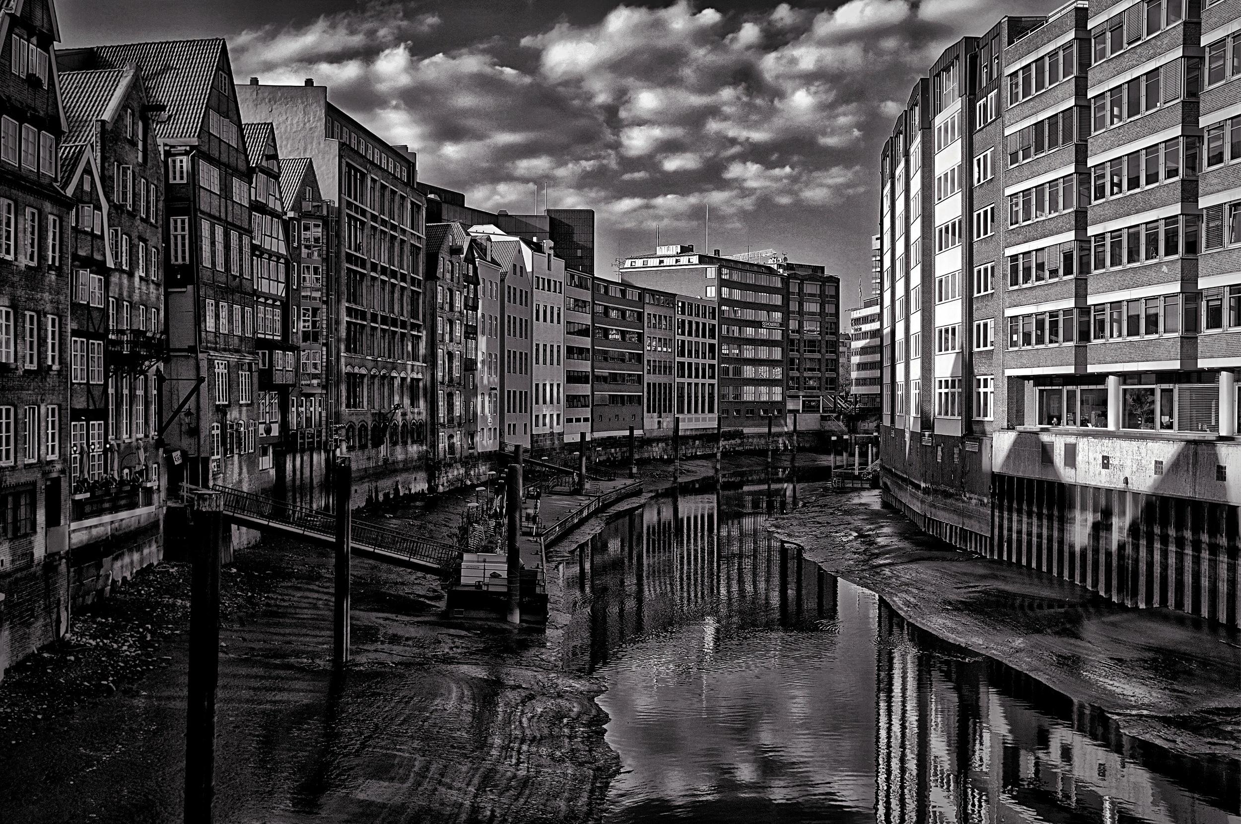 Hamburg: Nikolaifleet from Hohe Brücke