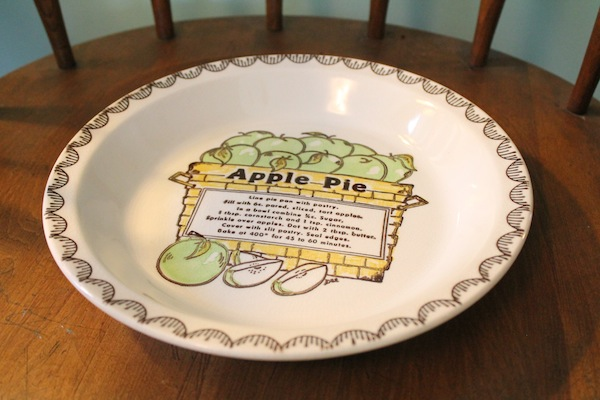 An adorable vintage apple pie plate!
