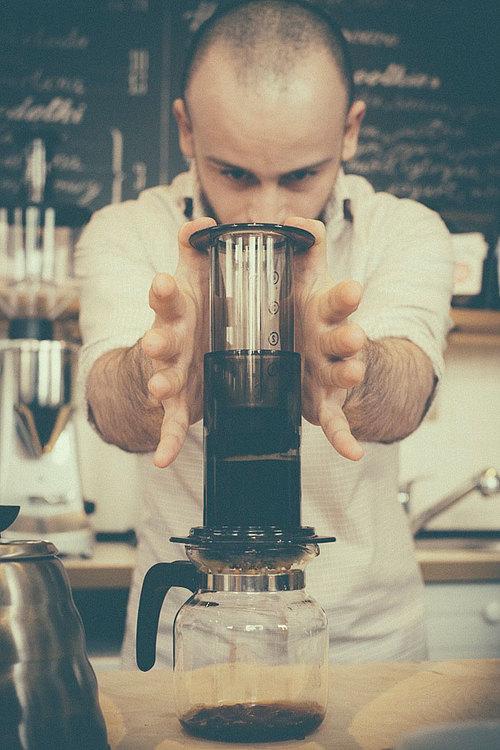 Wojtek Rzytki wyciska kawę podczas mistrzostw w 2013. Zajął wtedy trzecie miejsce.