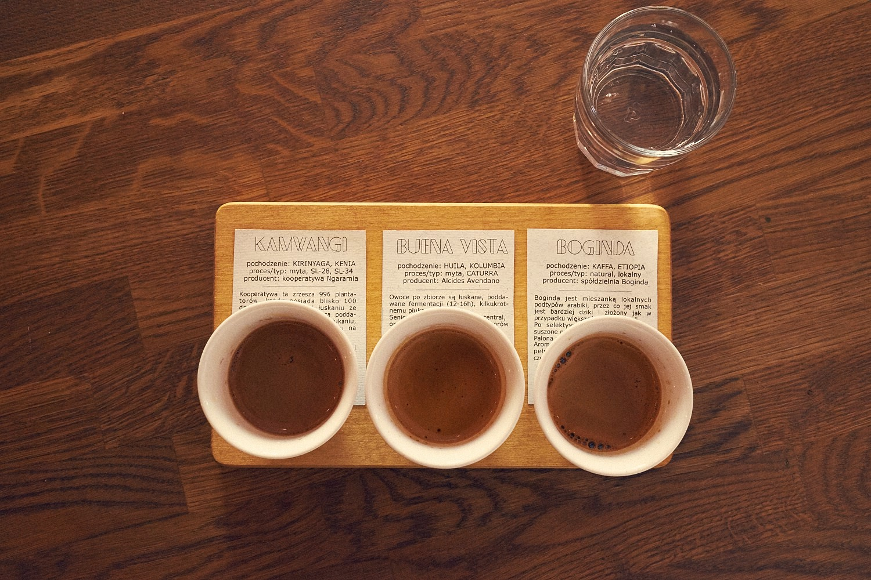 Potrójny zastrzyk kofeiny czyli forumowa  deska espresso - trzy podwójne  shoty z różnych ziaren dają trzy różne smaki.