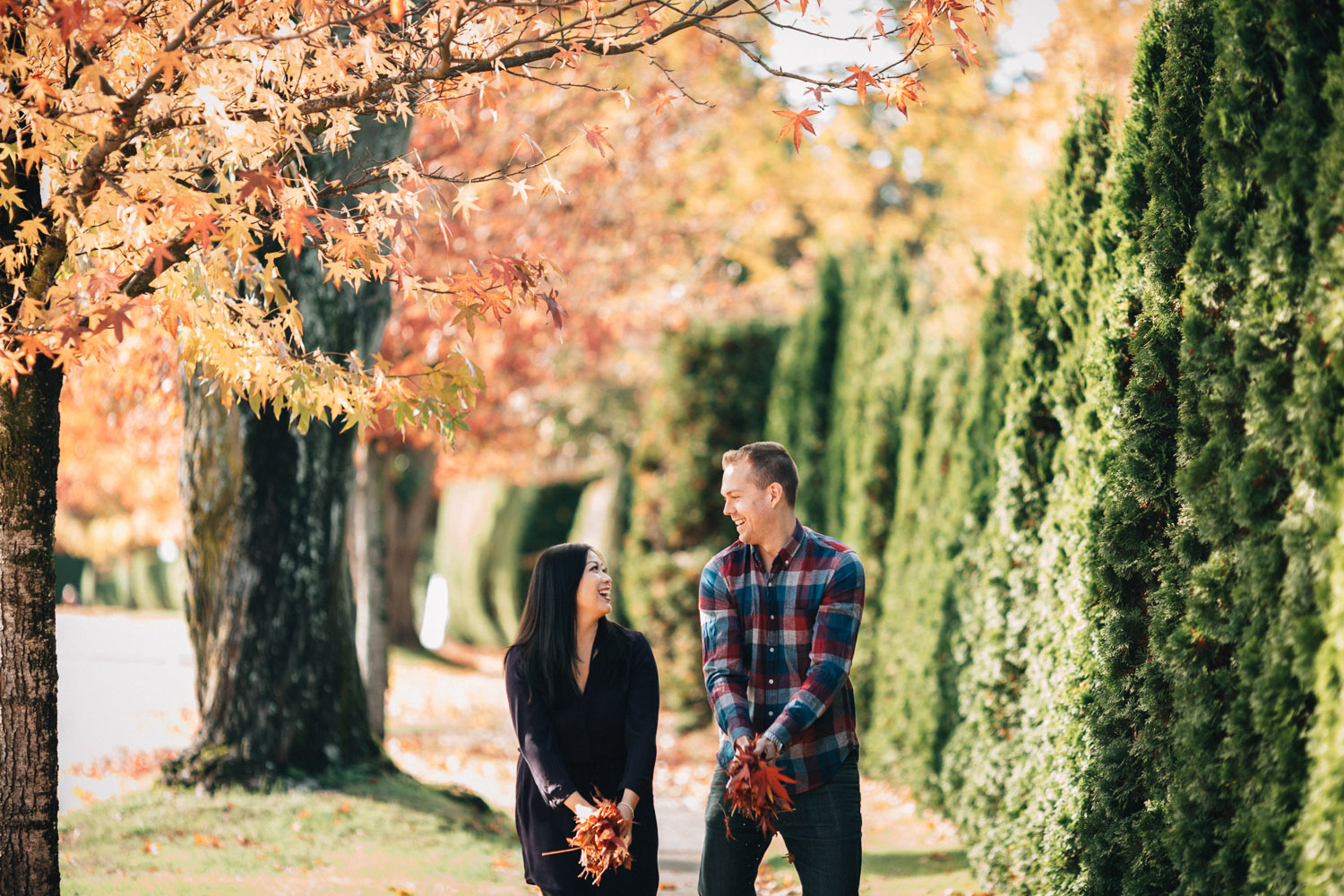 fall engagement photography fun throwing leaves noyo creative