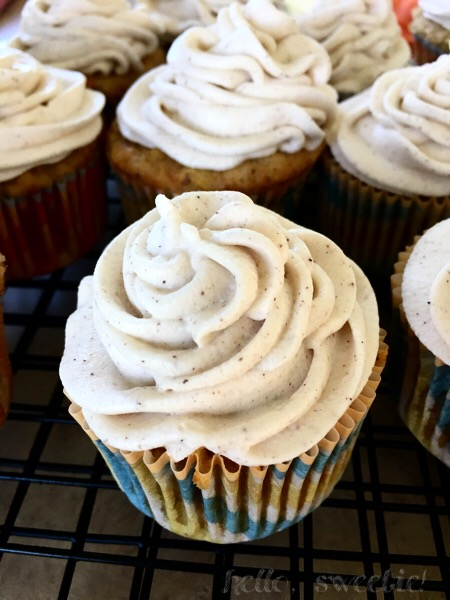 Carrot & Apple Cupcakes: the spiced cake batter isn't enough. Cinnamon is added to the dreamy cream cheese frosting as well!