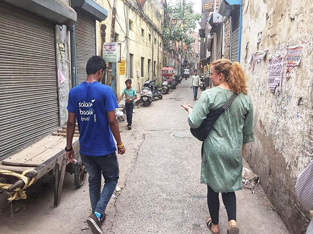 Immersion trips are designed to help participants learn about India as well as explore ways that other people are helping to solve the major issues in India. Today @institute_for_god student Gabby Ladd visited Salaam Balaak, an organization that reaches out to street children to provide them basic healthcare and education in several centers around Delhi. Here she is receiving a walk-through by a guide explaining how children end up on the street and what Salaam is doing about it. #education #healthcare #godintl #India #salaambalak #ngo