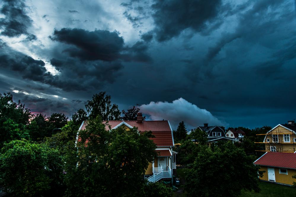 Men visst låter det tuffare med Thunder...  Det där vita molnet som ni ser strax innan mitten vid horisonten, Det såg så skumt ut, Växte med väldig fart för att bara försvinna, likt ett poff. Först trodde ja det brann någon stans i stan...