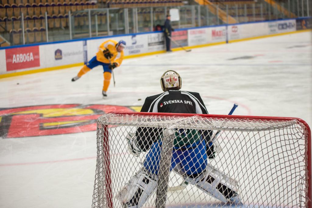 Hårda skott får Fredrik Pettersson Wentzel Färjestads målvakt ta emot.