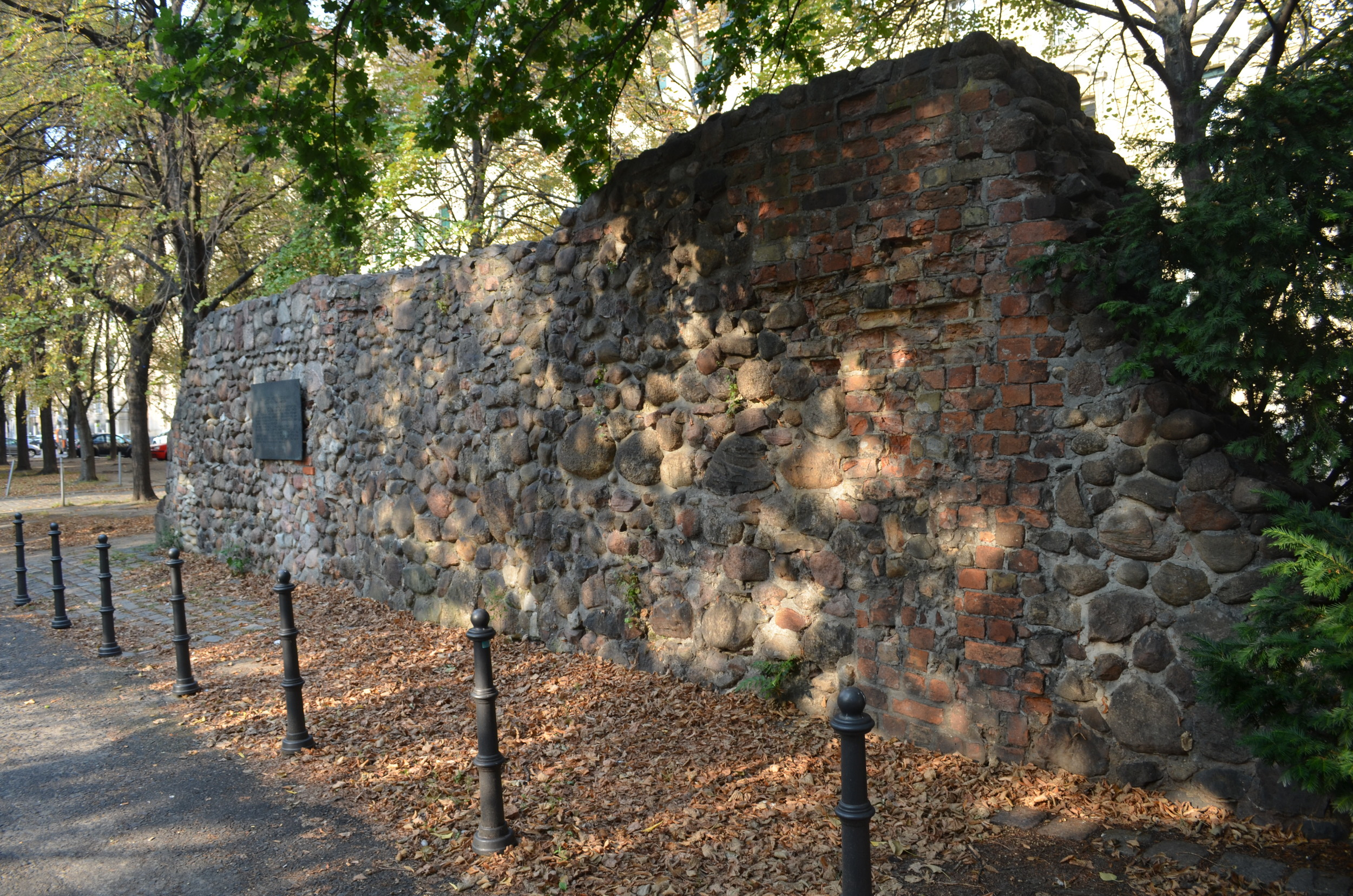 One of the remnants of the wall on Littenstraße. The wall was originally built with whatever materials were at hand: bricks, stones, or rubble.