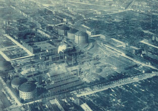 The Berlin City Gas Facility in 1926. Danziger Straße runs bottom-to-top at the bottom left of the photo. Greifswalder Straße runs left-to-right at the bottom of the photo. Photo from:  https://thaelmannpark.wordpress.com/geschichte/