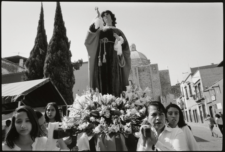 13_Carrying the saint, San Miguel de Allende_2017.jpg
