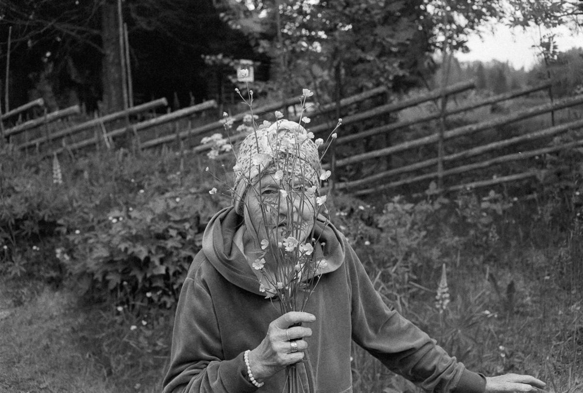 Märta gillar inte att bli fotograferad, fast jag kunde ju faktiskt ha bett Märta om att posera med blommorna också.