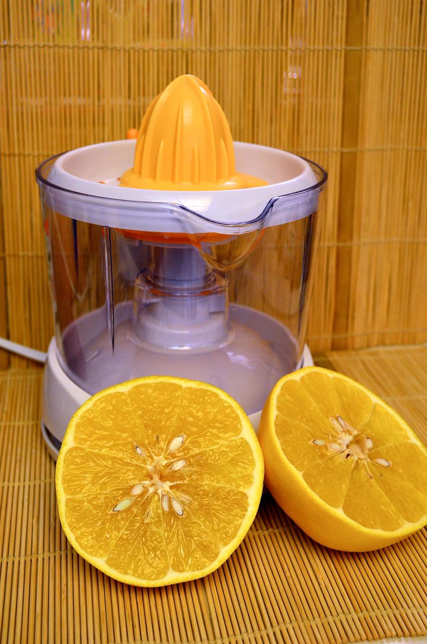 """Black & Decker juicer with """"cocktail"""" grapefruit."""