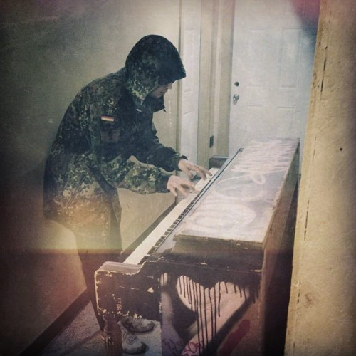 paramore-spark-deactivated20140 :     piano for mother