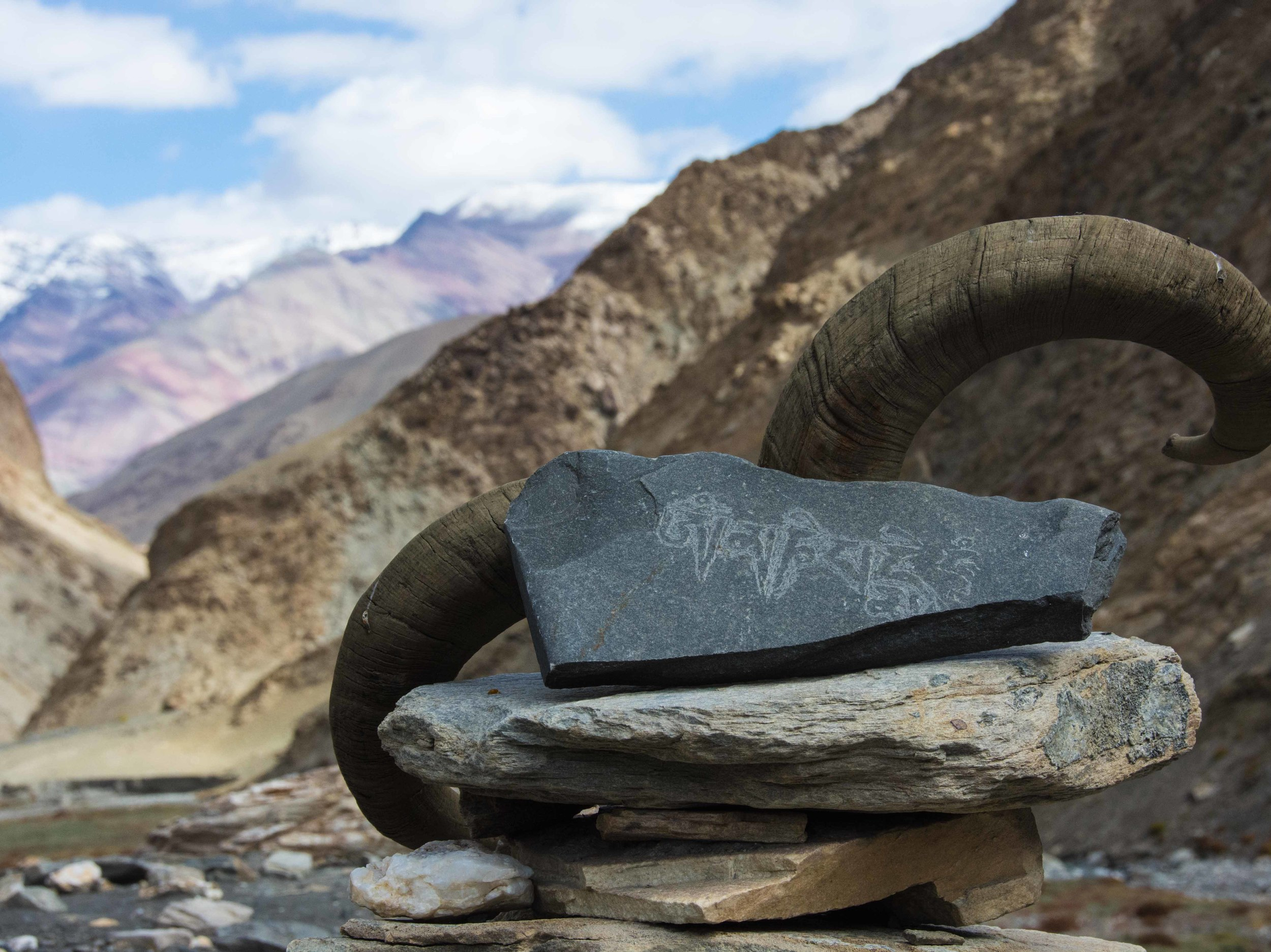 L'inscription tibétaine Om manipadme hum sur mon chemin au Zanskar