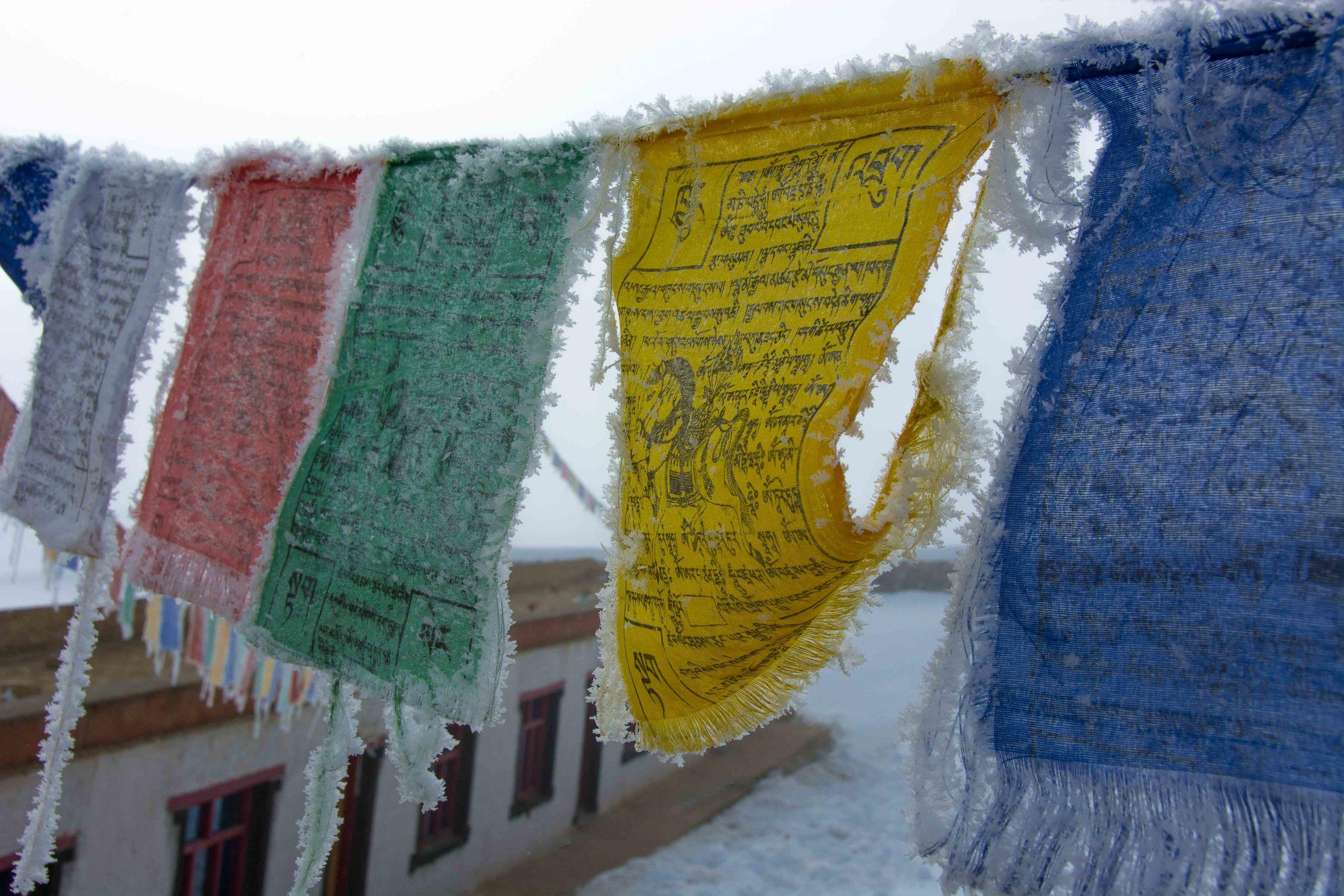 Drapeaux à prières au-dessus de la nonnerie de Pichu