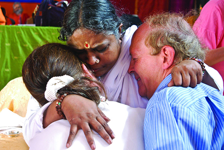Le  darshan  d'Amma ©Embracing The World