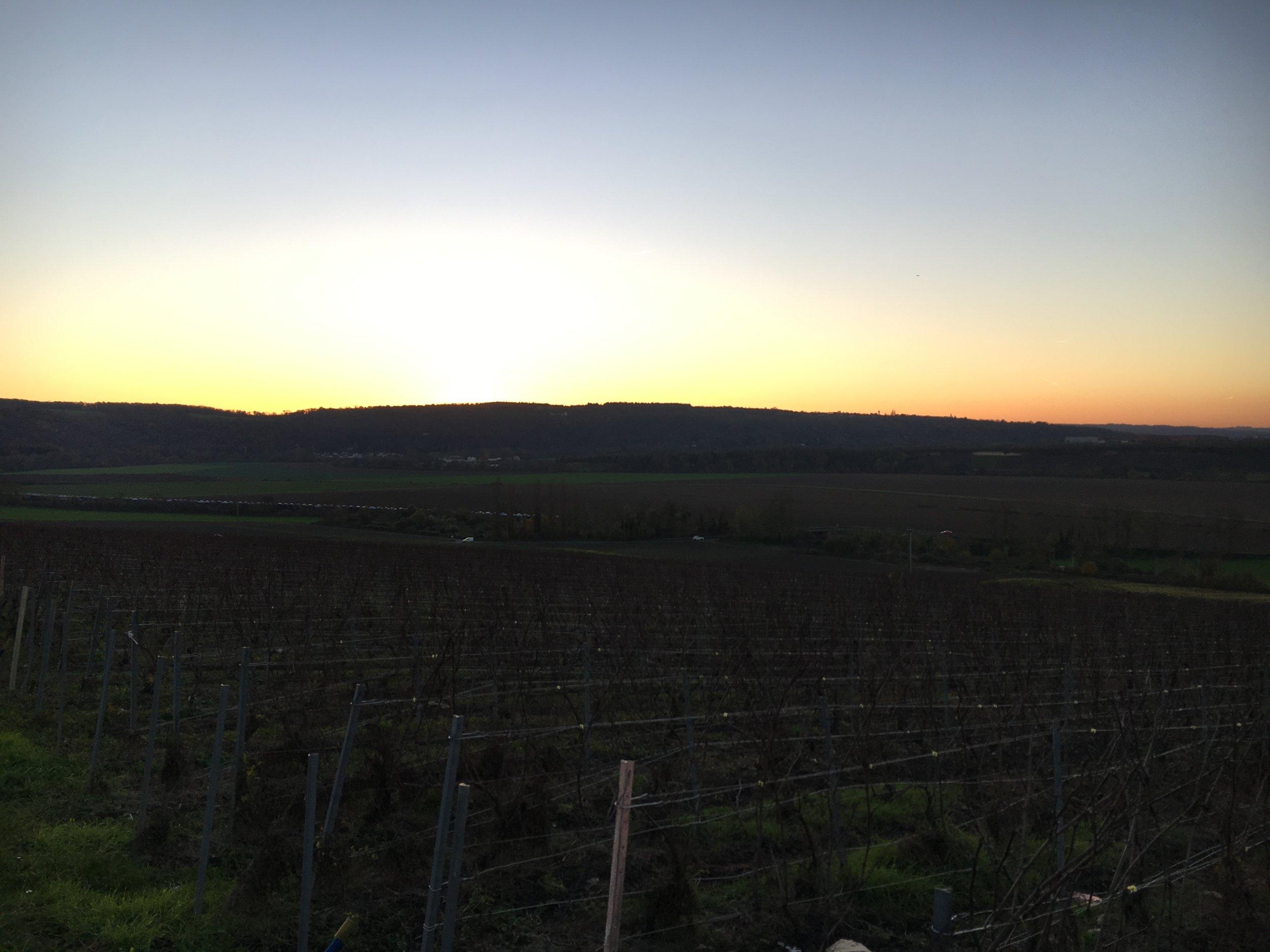 Encore 20 km avant d'arriver à Château Thierry et le soleil se glisse déjà derrière les collines