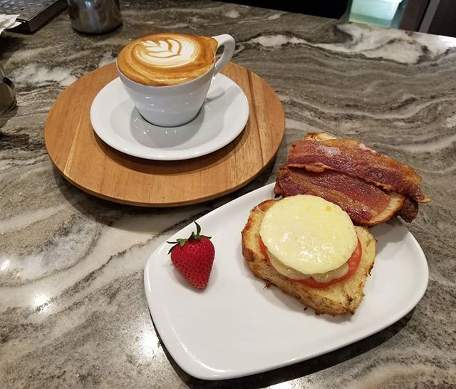 Warm breakfast on a cloudy day 🌤️#hautecoffee #hautemade #breakfast #eggsandwich #cappuccino #espresso #batista #bacon #coffee #latteart